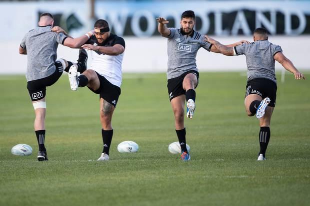 Rieko Ioane se calienta con los All Blacks