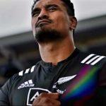 La camiseta de rugby All Blacks se estira para revelar una bandera arcoiris